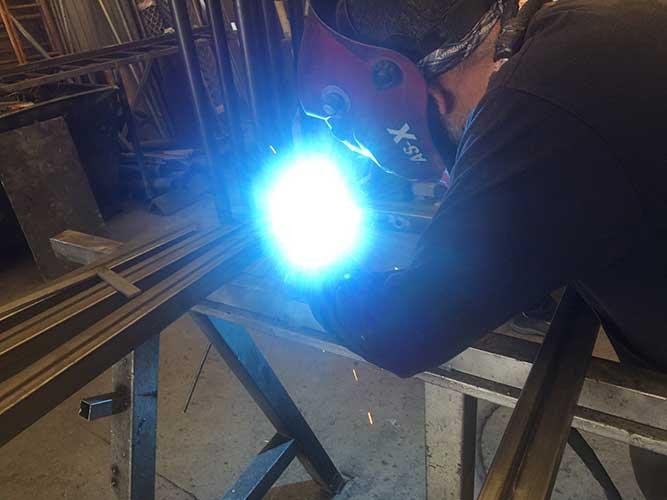 Soldadura en estructura de hierro y acero inoxidable